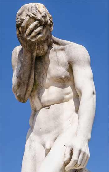 Kain Statue mit kleinem Penis